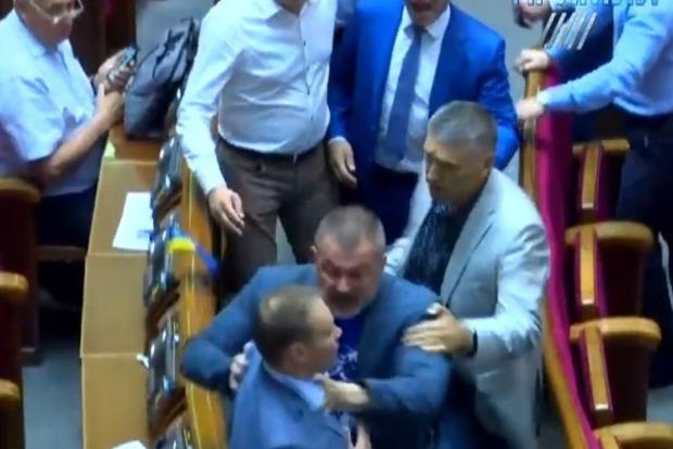 За Сенцова: нардеп Береза потаскал за грудки коллегу Долженкова