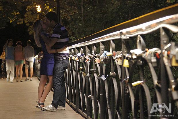 Мост Влюбленных в Киеве украсили яркой подсветкой