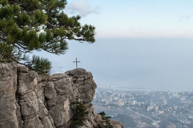Неизвестные спилили крест на скале в Ялте