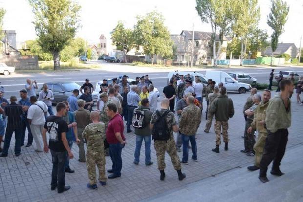 Ветераны АТО в Запорожье блокируют Госслужбу геодезии из-за земельных паев