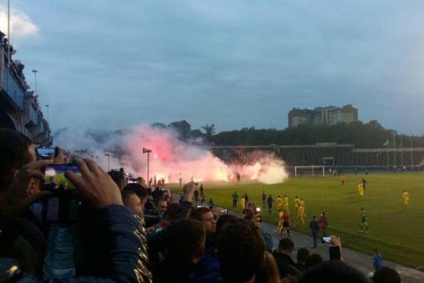 Футбольные фанаты устроили драку с полицией в Ивано-Франковске