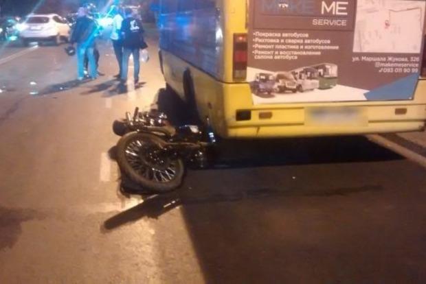В Одессе байкер сбил женщину, бросил свой мотоцикл и скрылся