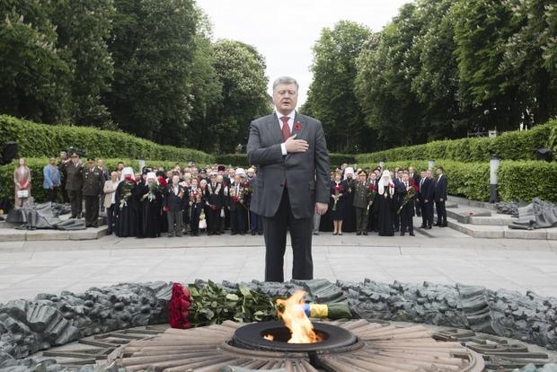 Порошенко: Россия празднует День победы в милитарном угаре, а мы - почитаем память погибших