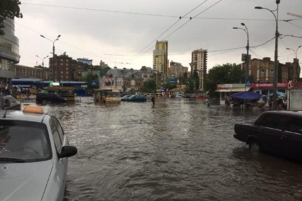 После дождя - конец света. В Киеве снова затопило улицы и подземные переходы