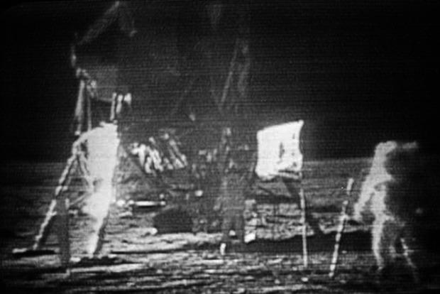 Наторги вНью-Йорке выставят пыль, собранную Армстронгом наЛуне