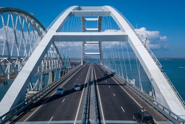 Оккупанты пустили грузовики по Крымскому мосту