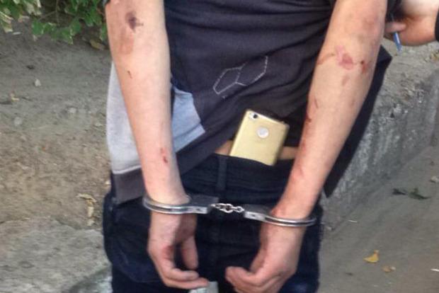 Угрожал ножом: в Киеве грабитель поджидал жертву у банкомата