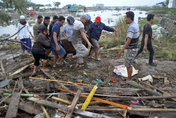 Землетрясение и цунами в Индонезии: почти 400 погибших