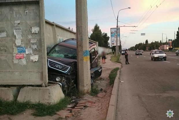 Вертикальная парковка: в Харькове кроссовер застрял между столбом и забором