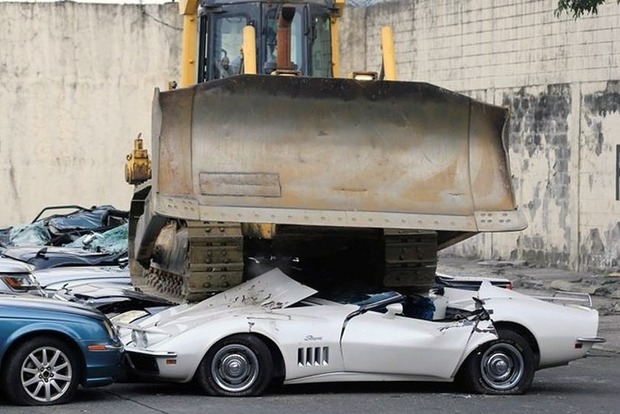 НаФилиппинах показательно раздавили контрабандные автомобили