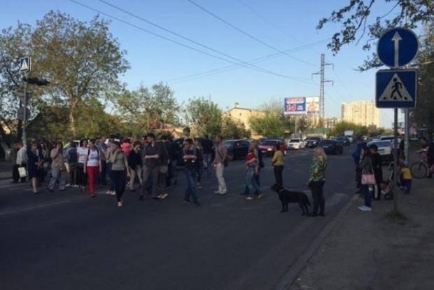 В Одессе местные жители перекрыли улицу Малиновского из-за недостроенного ЖК