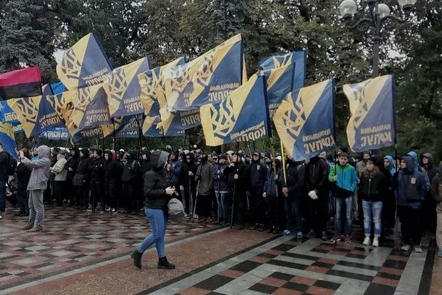 «Свобода» и «Нацкорпус» жгут шины под Радой, протестуя против законопроектов Порошенко