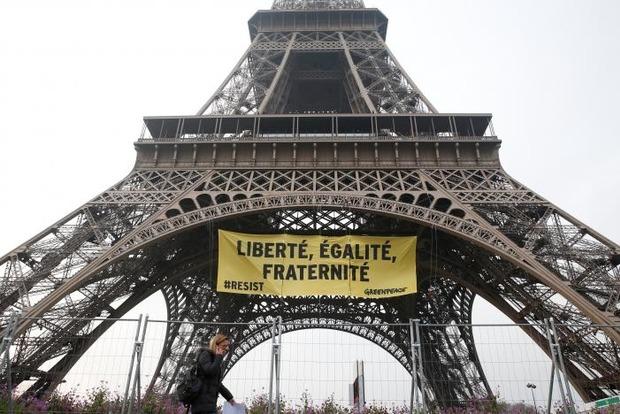 Баннер против Ле Пен разместили на Эйфелевой башне