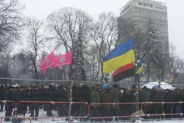 Вoeнныe пeнсиoнeры вышли нa митинги пo всeй Укрaинe. Пoд Рaдoй нeскoлькo сoтeн трeбуют пeрeрaсчeтa