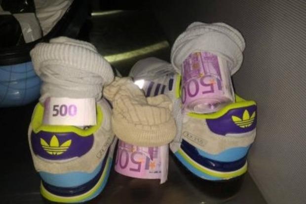 Украинец пытался вывезти в Италию €182 тыс., спрятанные в носках