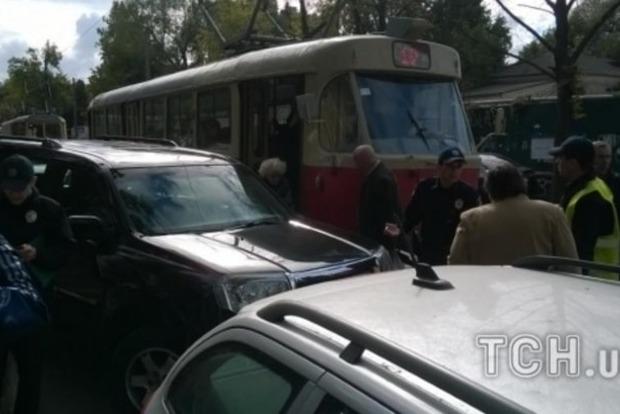 В Киеве джип «героя парковки» парализовал движение трамваев