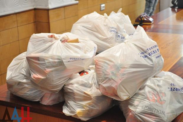 Нашахте Засядько выдали продуктовые пакеты: другие жители ОРДЛО наверное должны завидовать