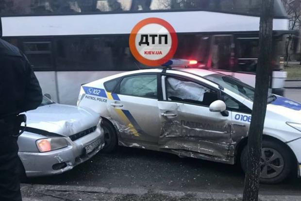 ВКиеве такси влетело вавтомобиль патрульных, девушку-копа госпитализировали