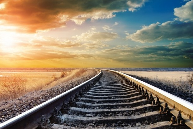 Грузовой поезд снес жилой дом в Китае