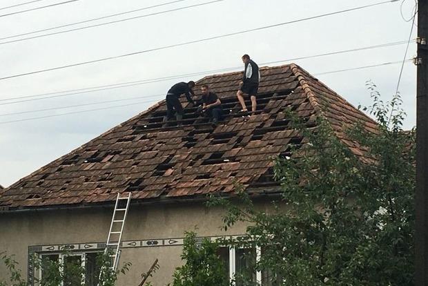 Сильнейший ливень и гигантский град: В Закарпатской области повреждено более 180 домов