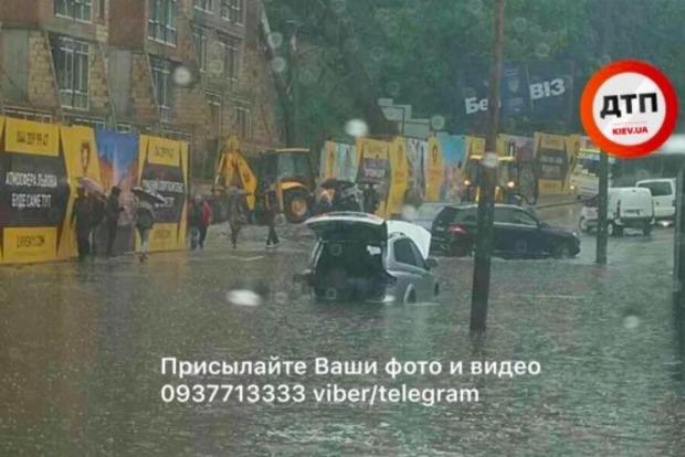 В Киеве на Лукьяновке в яме утонул кроссовер