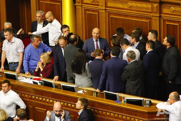 Рада с дракой приняла в первом чтении закон о реинтеграции Донбасса