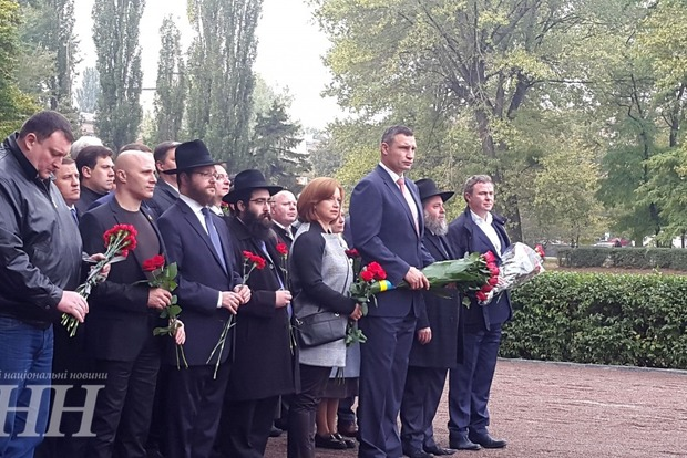 Мэр Киева почтил память погибших в трагедии в Бабьем Яре