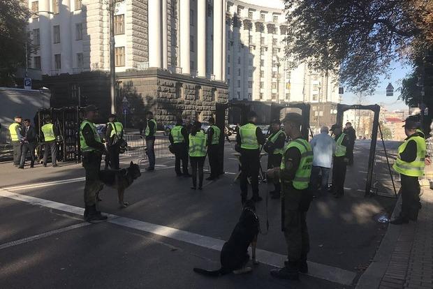 Вулицю Грушевського перекрили, встановлено металошукачі