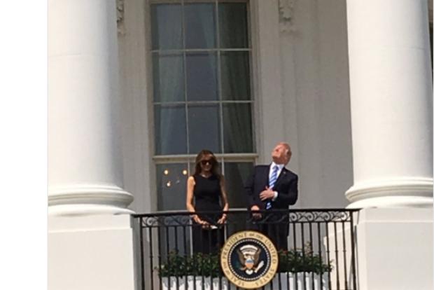 В сети появились фото Трампа, который щурится на солнечное затмение