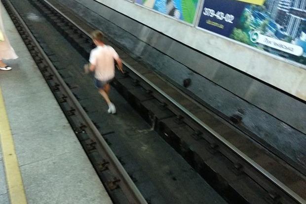 Премию Дарвина им!: в Киеве подростки бегали перед поездом метро