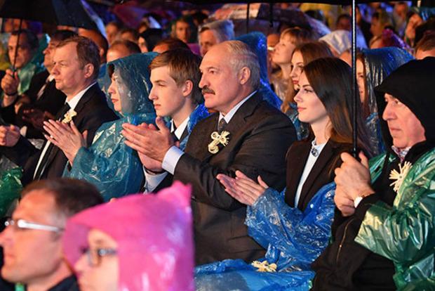 Слуху немає: як Лукашенко співав із Повалій українську народну пісню