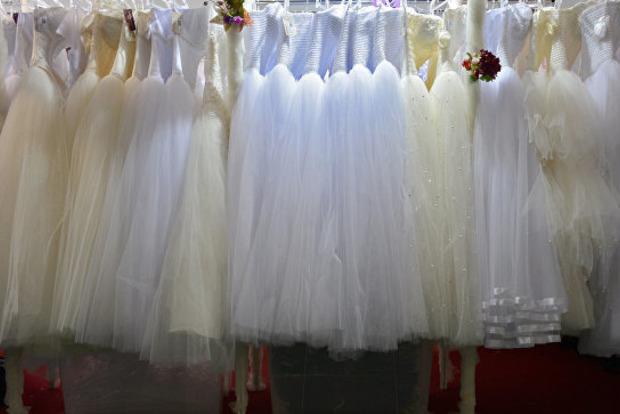 Голая попа или плечо? Оптическая иллюзия на свадьбе смутила пользователей Сети