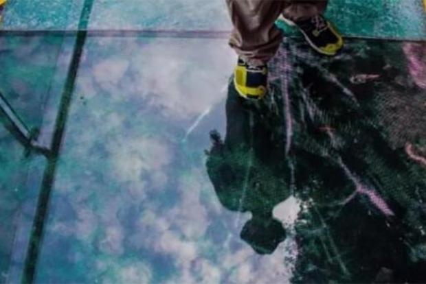В Китае под ногами у туристов треснул подвесной стеклянный мост