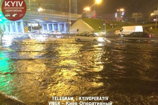 Сотни машин в Киеве утопились из-за неработающих ливневок: убытков на миллионы