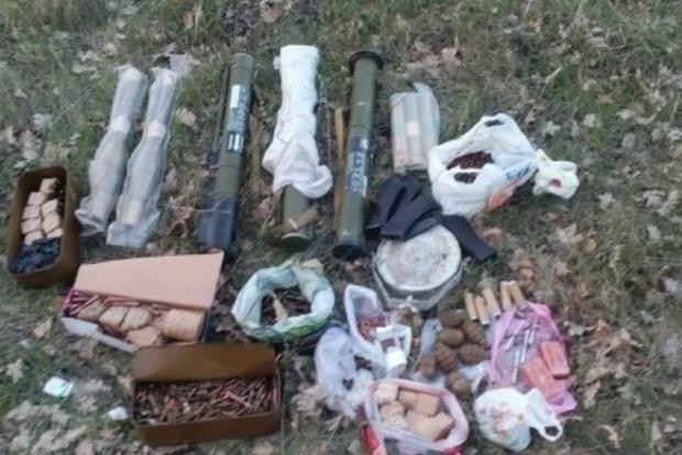 Возле Красноармейска нашли тайник с гранатометами и гранатами