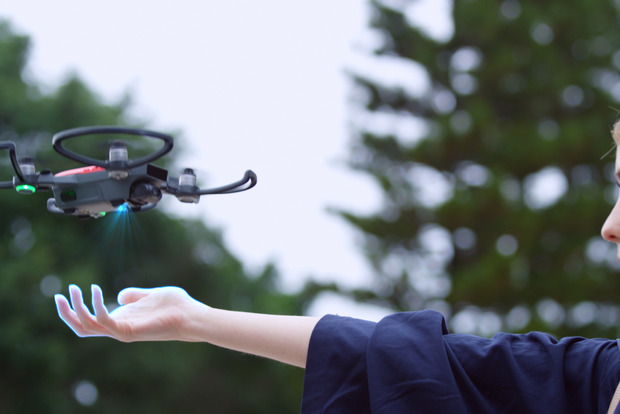 Самый маленький в мире дрон будет делать суперселфи и управляться жестами