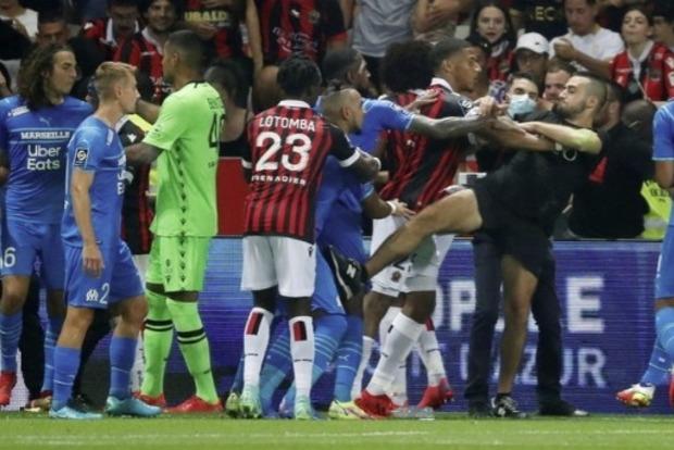 Болельщики устроили драку с футболистами на матче «Ниццы» с «Марселем». Встречу не доиграли