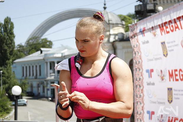 Одна из самых сильных женщин мира ко Дню Конституции установила в Киеве рекорд
