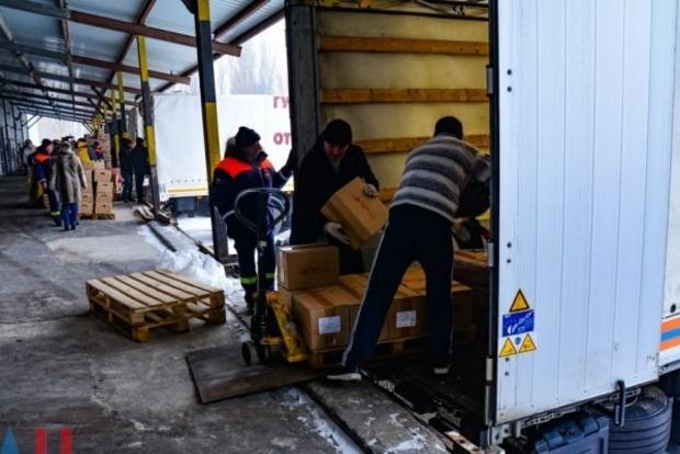 В неподконтрольном Луганске разгружают «гуманитарную помощь» из РФ
