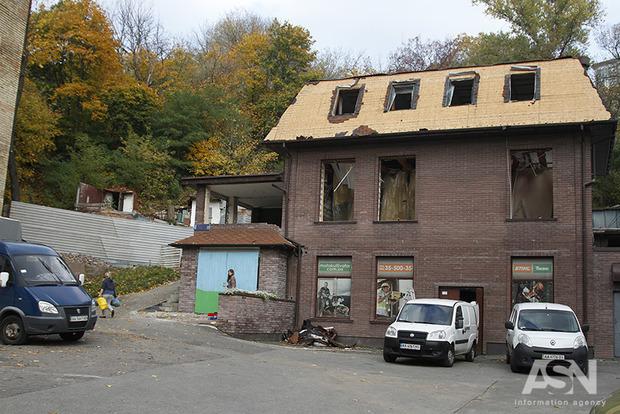В Киеве начали сносить незаконное здание вместе с законным первым этажом