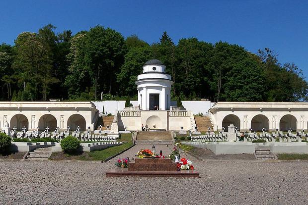 В польский Мемориал орлят на Лычаковском кладбище во Львове бросили гранату