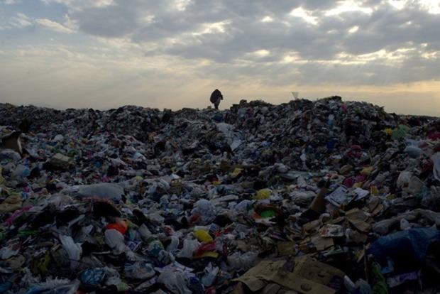 В Гвинее мусорный оползень сошел на жилые дома