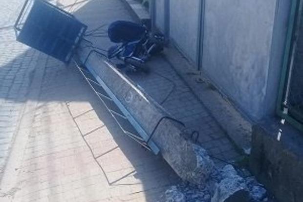 На Закарпатье лесовоз сбил электроопору, которая рухнула на мать с ребенком