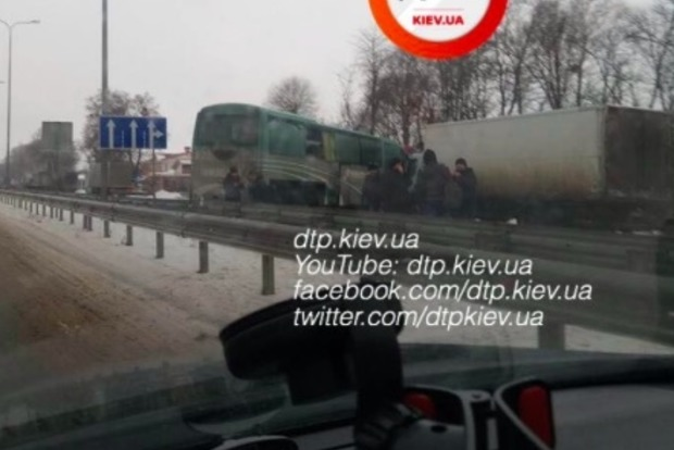 Под Киевом фура протаранила пассажирский автобус