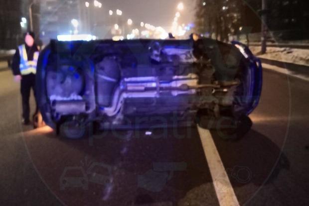 У Києві п'яний таксист з пасажиром перекинувся на порожній дорозі