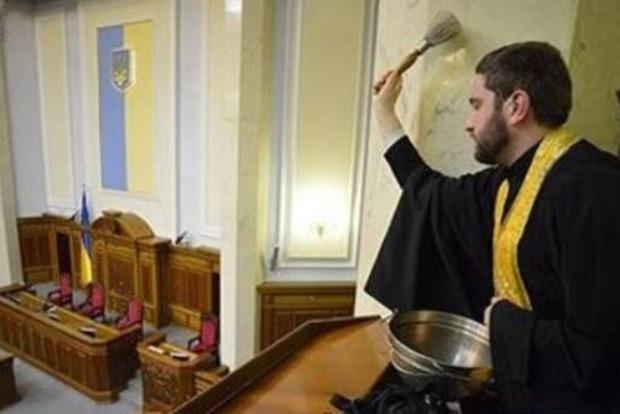 Соцсети взорвались негодованием в ответ на предложение читать «Отче наш» в Раде