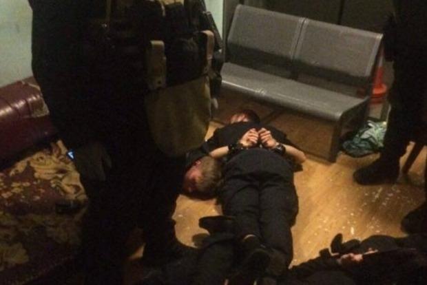 В Киеве арестовали четырех полицейских, которые грабили людей на вокзале