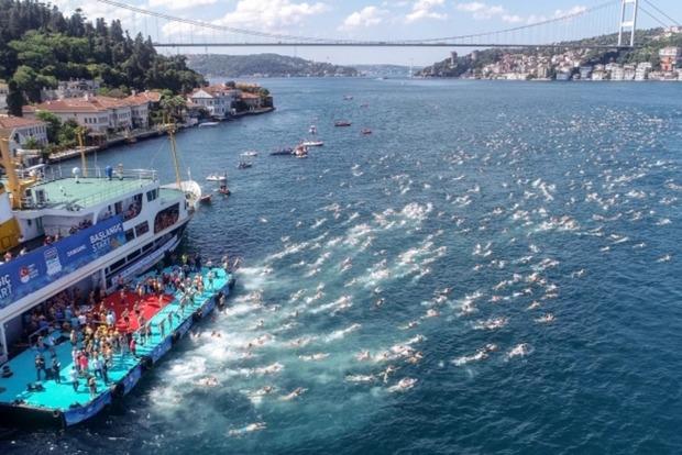 Почти 400 украинцев приняли участие в 33-м ежегодном межконтинентальном заплыве через пролив Босфор и заняли призовые места