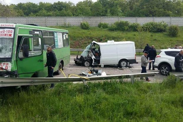На трассе Киев – Харьков в аварию попал автобус: 11 пострадавших