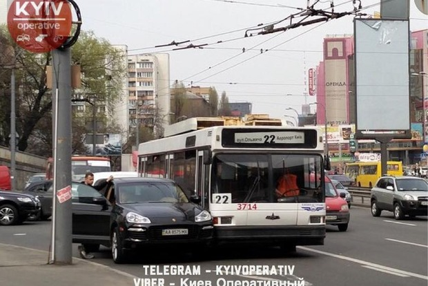 Porsche и троллейбус устроили ДТП перед Индустриальным мостом в Киеве
